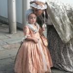 Petite fille en robe XVIIIe