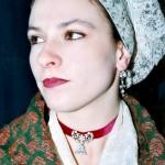 Jeune femme en coiffe catalane et bijoux roussillonnais en argent et strass.