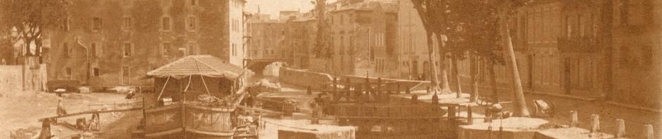 Bateau lavoir sur le canal de la Robine à Narbonne.