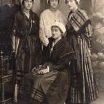 Jeunes filles posant en costume de Narbonne, vers 1900