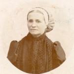 Portrait photographique de Claire Jaume en coiffe catalane.