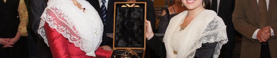 Transmission des bijoux d'une Reine à l'autre, photo service Communication Ville d'Arles.