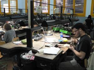 faire des bijoux: ici l'atelier d'apprentissage de l'école Massana de Barcelone.