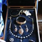 parure entière de bijoux de la Reine d'Arles, photo Eric Blanc.