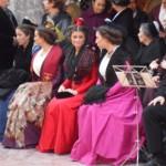 St Eloi 2011, la Reine d'Arles Astrid Giraud et les demoiselles d'honneur asistent aux danses catalanes place de la Loge.