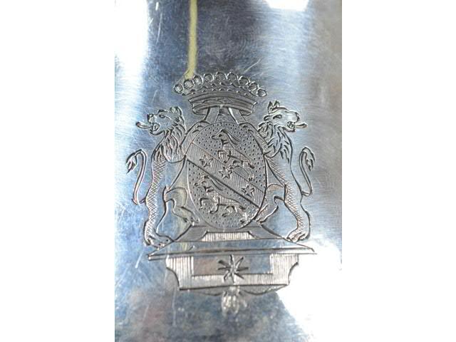 Détail des armoiries sur la chocolatière de l'orfèvre Hugot de Perpignan, 1788.