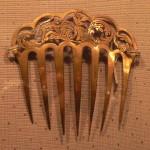 Peigne à décor de singeries, argent doré, fin XVIII début XIXe s., Musée Marès, Barcelone.