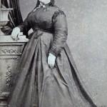 Portrait de femme en crinoline à traine, vers 1875, A.Rodamilans, Barcelone.