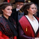 La Reine d'Arles avec l'écharpe de la Confrérie