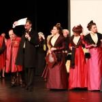 la Reine et les demoiselle d'honneur montent sur la scène