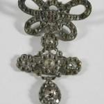 Croix en argent et son noeud double, vente à Saint Pair sur Mer, 19-02-2011