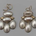 Boucles d'oreilles girandoles en or et coquilles de nacre, fin XVIII, début XIXe s., Boston Museum.