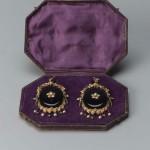 Boucles d'oreiilles milieu 19eme s., or et jais, perles et pierres de couleur, Boston museum, USA.