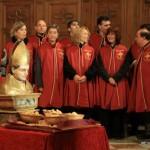 Les membres de la confrérie devant le reliquaire de saint Eloi.