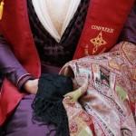 Corsage de la reine d'Arles avec l'écharpe de la confrérie.