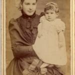Jeune mère avec son enfant, Perpignan, vers 1900.