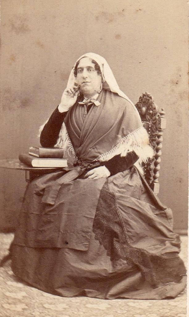 Portrait de femme en costume traditionnel du Roussillon ou de Cerdagne, cliché Scanagatti, Perpignan, vers 1870.