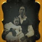 Daguerreotype rehaussé, portrait de femme avec enfant, vers 1850,collection particulière.