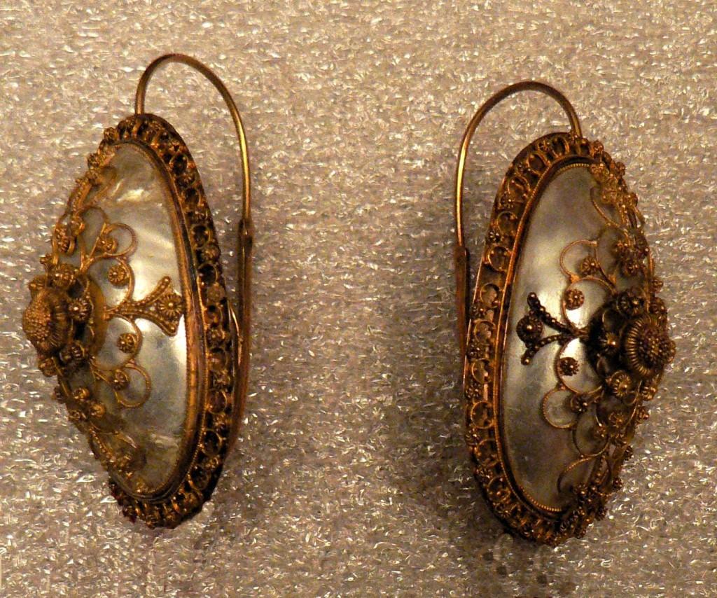 Boucles d'oreilles en or et nacre, milieu XIXe s., Musée du Vieux-Toulouse.