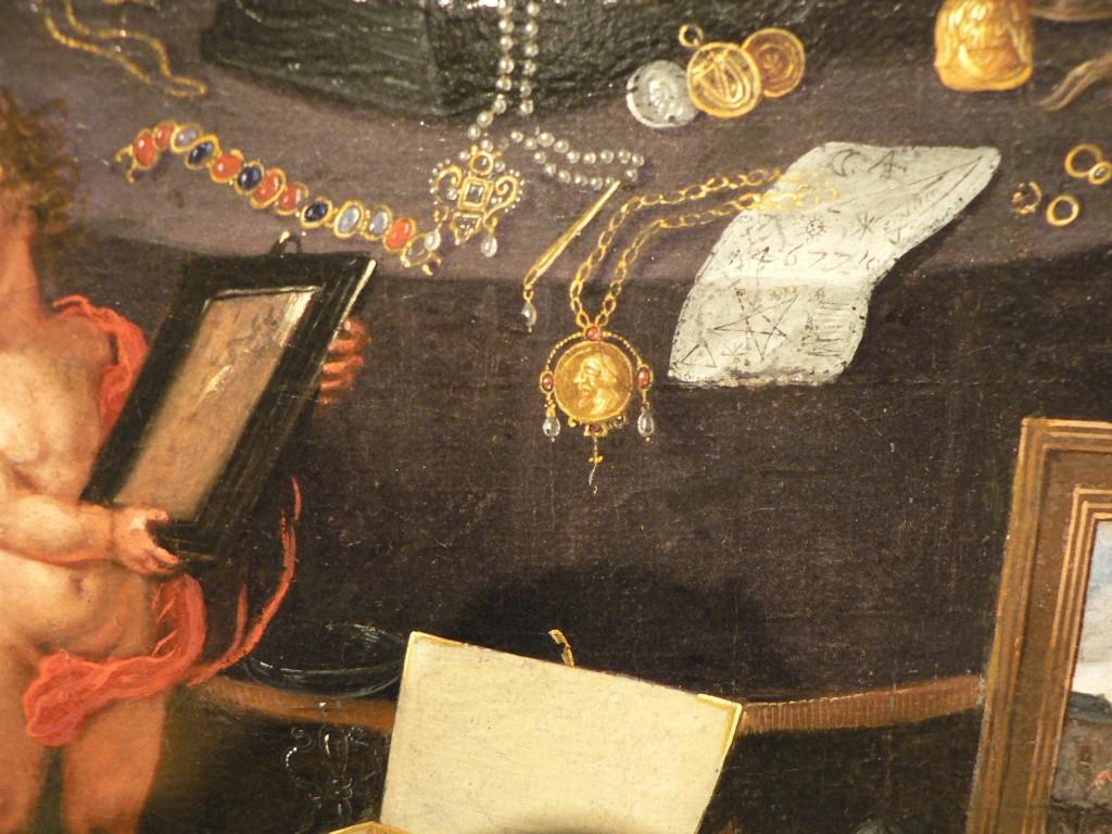 bijoux renaissance disposés sur la table.