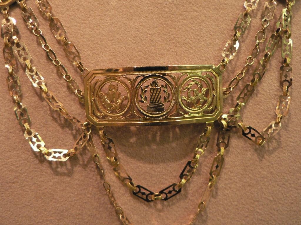 Détail de la plaque centrale, les trois symboles de l'Amour.
