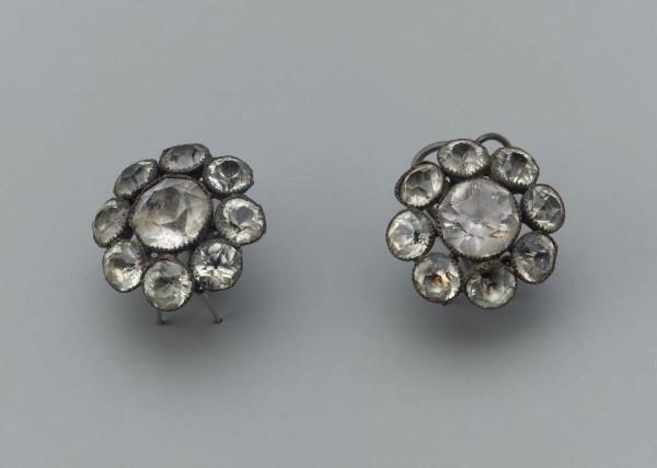 Boucles d'oreilles, XVIIIe s. , argent et verroteries, Boston Museum.