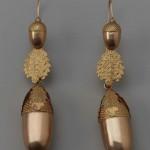 Boucles d'oreilles en forme de glands, métal doré, début du 19e s., Boston Museum, USA.