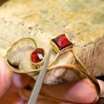 Phases complexes et minutieuses d'un bijou authentique actuel en Grenat de Perpignan.