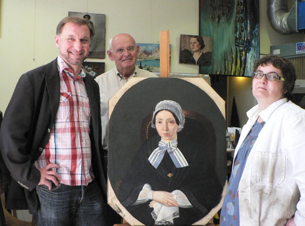 André Schroell, Laurent Fonquernie et Béatrice Soulet devant l'un des portraits donnés à l'Institut du Grenat