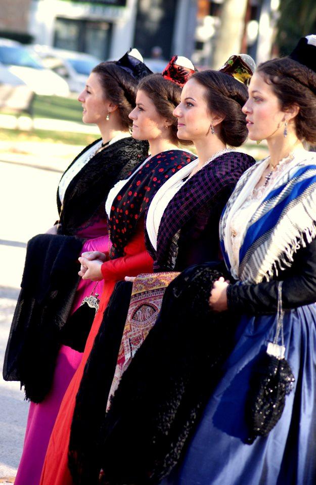 La reine d'Arles et ses demoiselles d'honneur à Perpignan