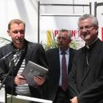 Le livre sur l'histoire du Grenat de Perpignan remis par son auteur, Laurent Fonquernie, représentant le Collectif du Grenat.