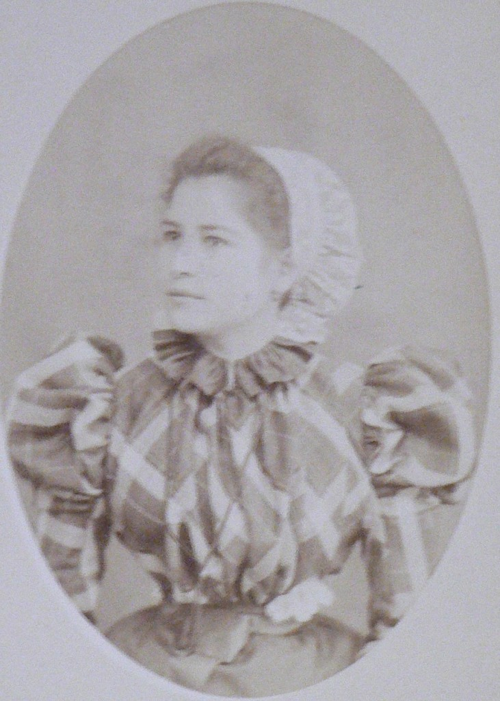 Roussillonnaise en coiffe catalane, vers 1900.