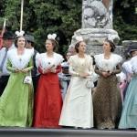 La Reine d'Arles Astrid Giraud et ses demoiselles d'honneur.
