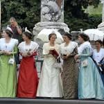 La Reine d'Arles admire la parure offerte par le Collectif du Grenat.
