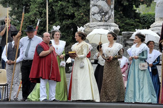 Remise de la parure en Grenat de Perpignan en Arles le 1er juillet 2012.