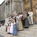 Costumes devant saint Trophime