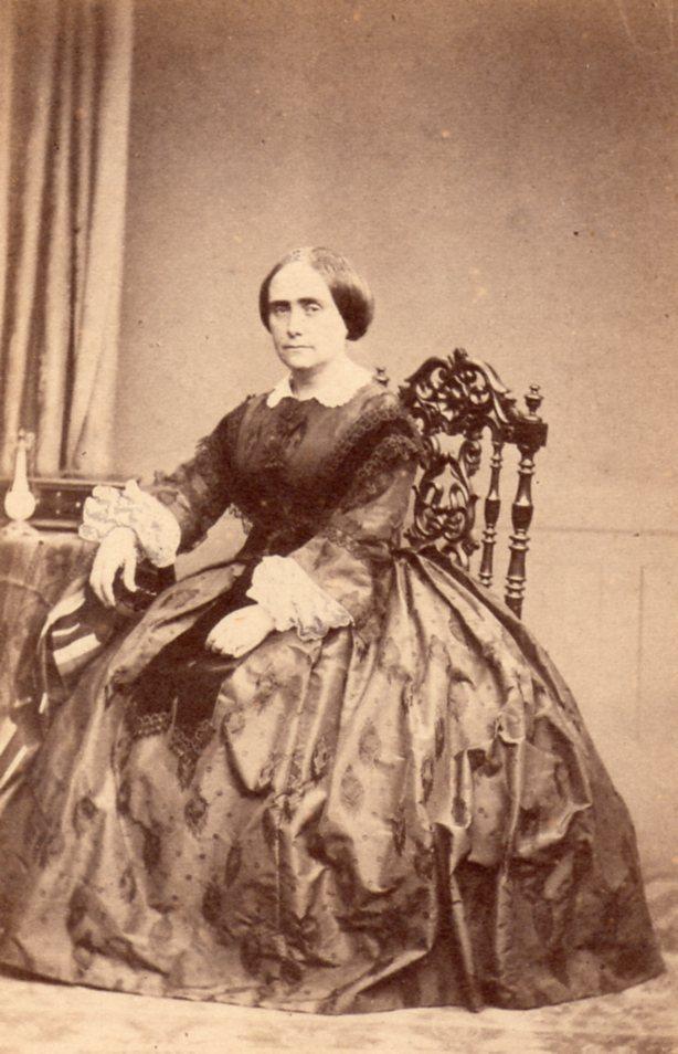 Femme en robe à crinoline, Montpellier, après 1860, photo Huguet-Moline.
