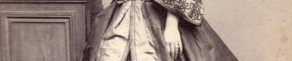 Femme en robe à crinoline, photo Provost, Toulouse, vers 1860.