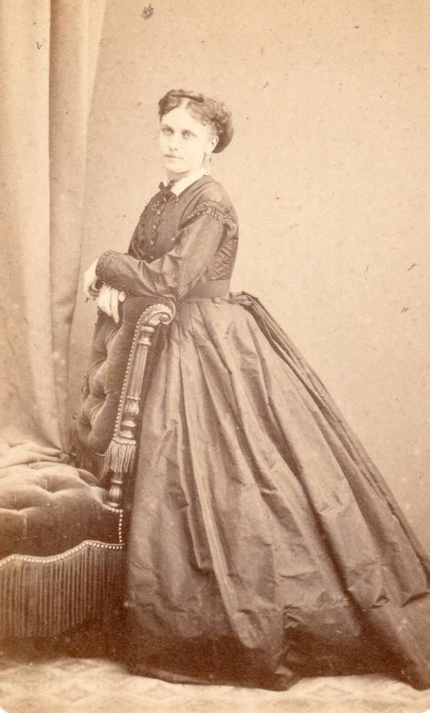 Femme en robe à crinoline, photo Provost, Toulouse, après 1866.