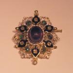 Broche en or, émail et pierres de couleur, milieu XIXe s.