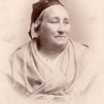 Femme en costume du pays d'Arles, vers 1880.