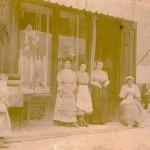 Boutique de tissus et coiffes, Roussillon, vers 1900