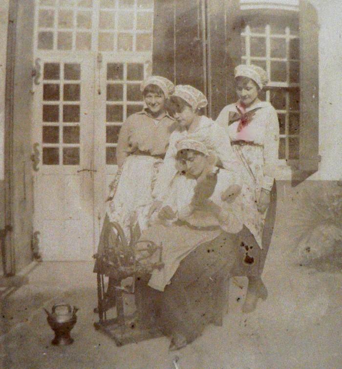 Jeunes femmes habillées en costume roussillonnais, 1917.