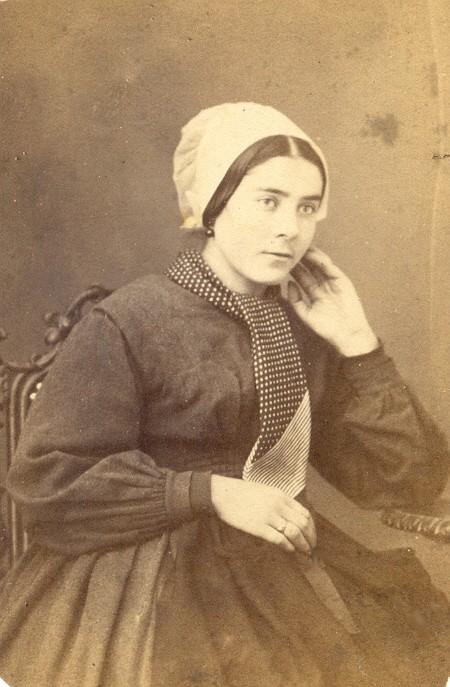 Portrait d'une jeune roussillonnaise avec la coiffe catalane.