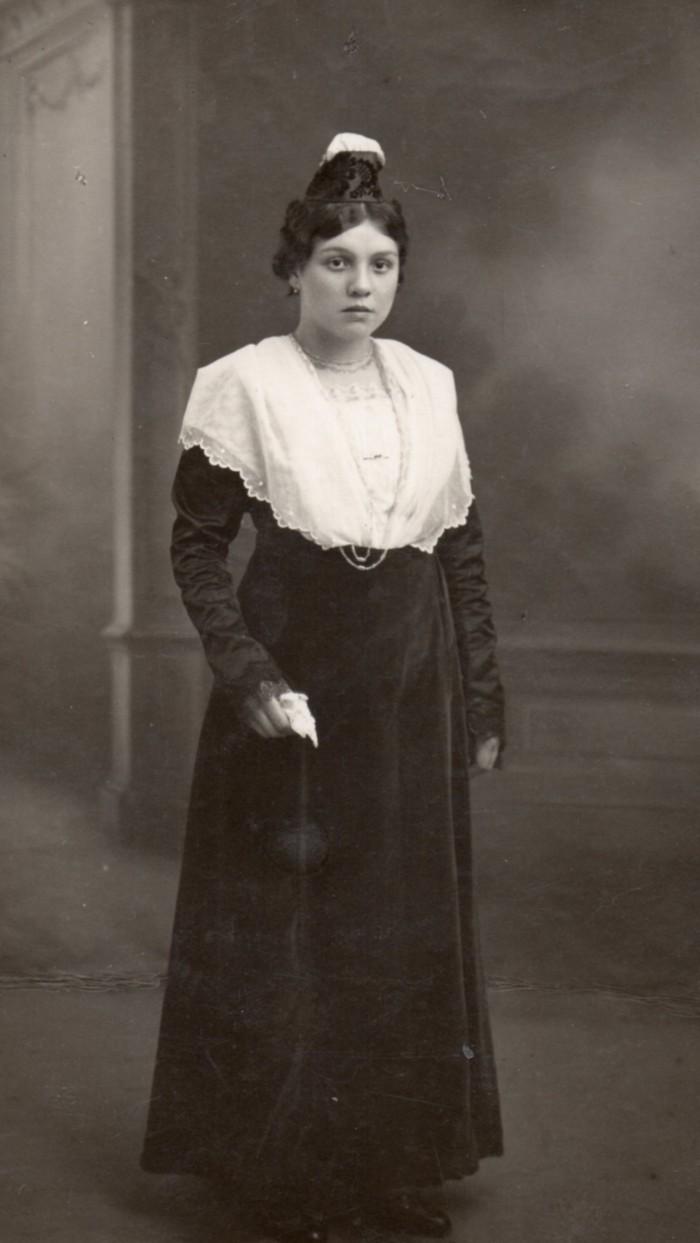 Costume d'Arles, vers 1930.