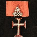 Ordre militaire du Christ, fondé en 1319, bijou de grand-croix en vermeil, verre coloré (petits éclats) et strass, surmonté d'un élégant motif floral d'inspiration baroque serti de strass (dessoudé). Haut. 96, Larg. 47 mm. TB.