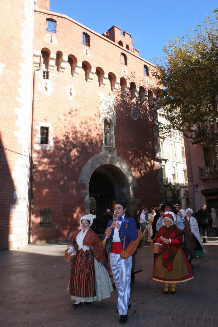 Passage du défilé en costume sous le Castillet