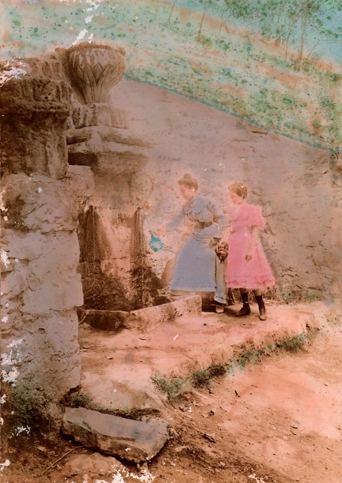 A la fontaine, photographie colorisée, Lieu indéterminé 'Leucate?