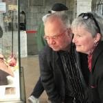 l'artiste Bernard Romain et son épouse découvrent le bijou enfin dévoilé au public !