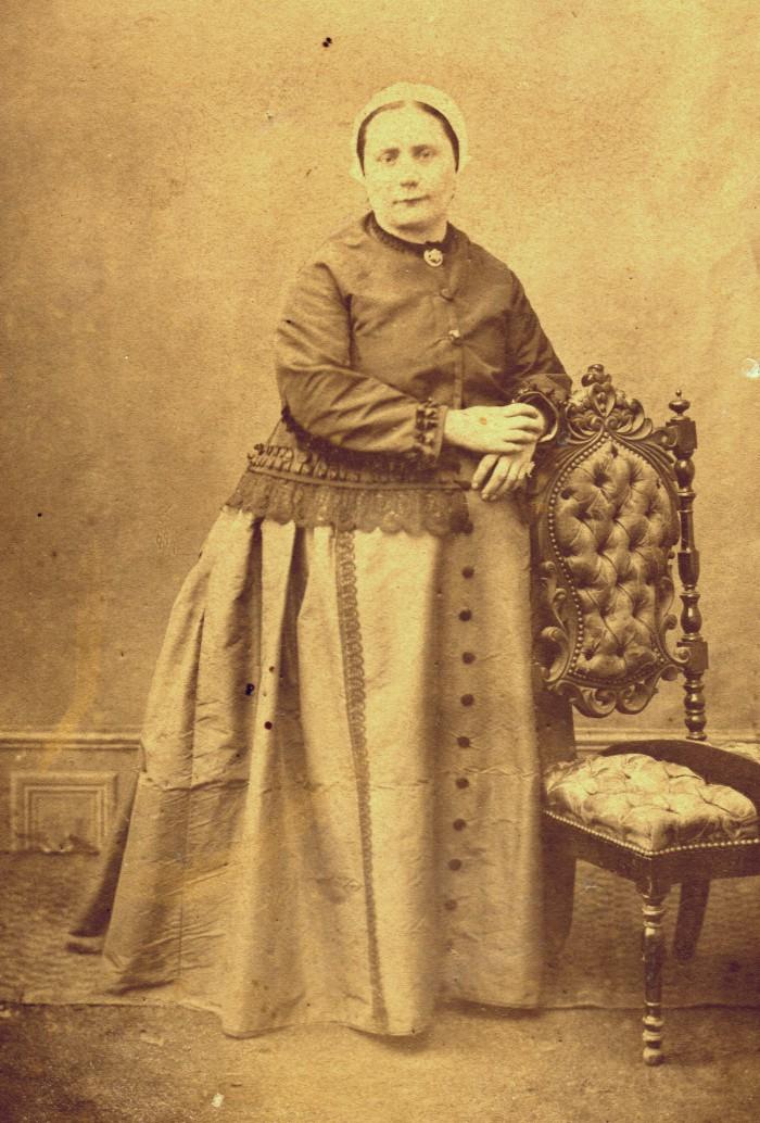Femme des Pyrénées-Orientales, autour de 1880.